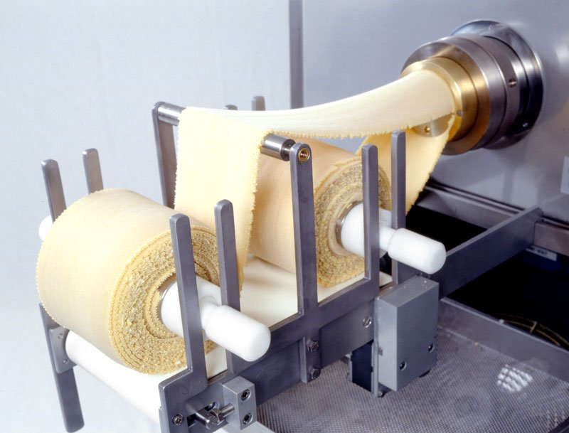 Extruder presses pasta machine